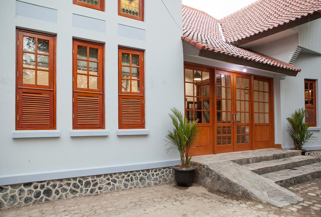 RedDoorz Plus near Pasundan University