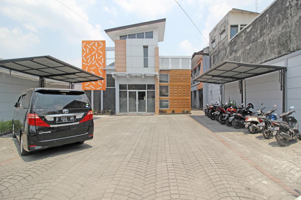 RedDoorz near Hartono Mall 3