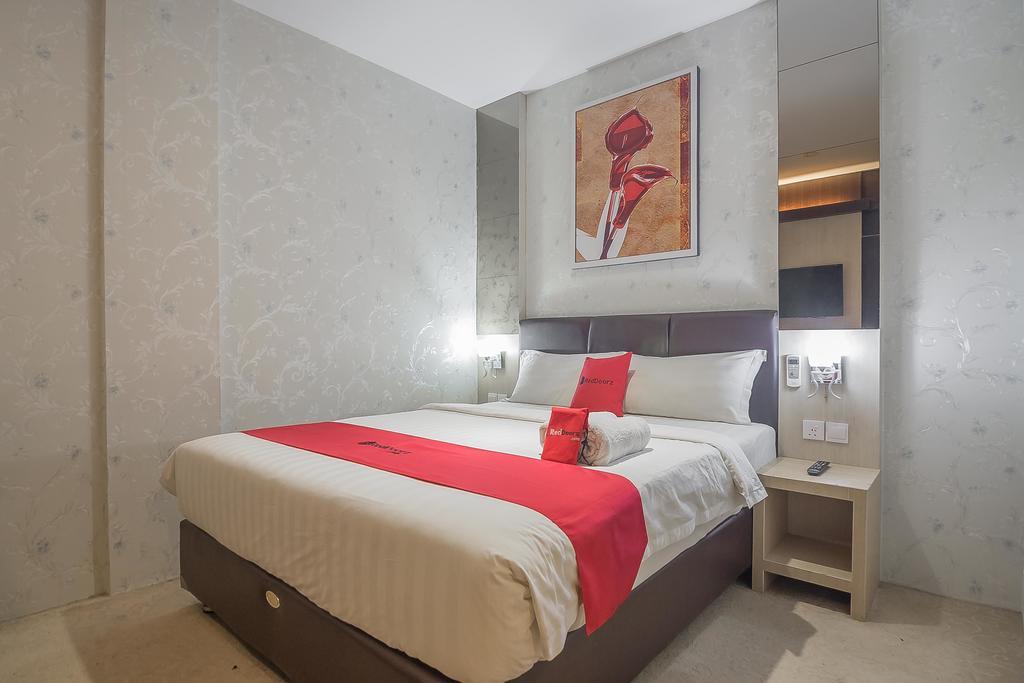 RedDoorz Premium near Grand Batam Mall