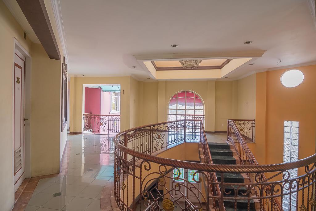 RedDoorz near Setrasari Mall 2