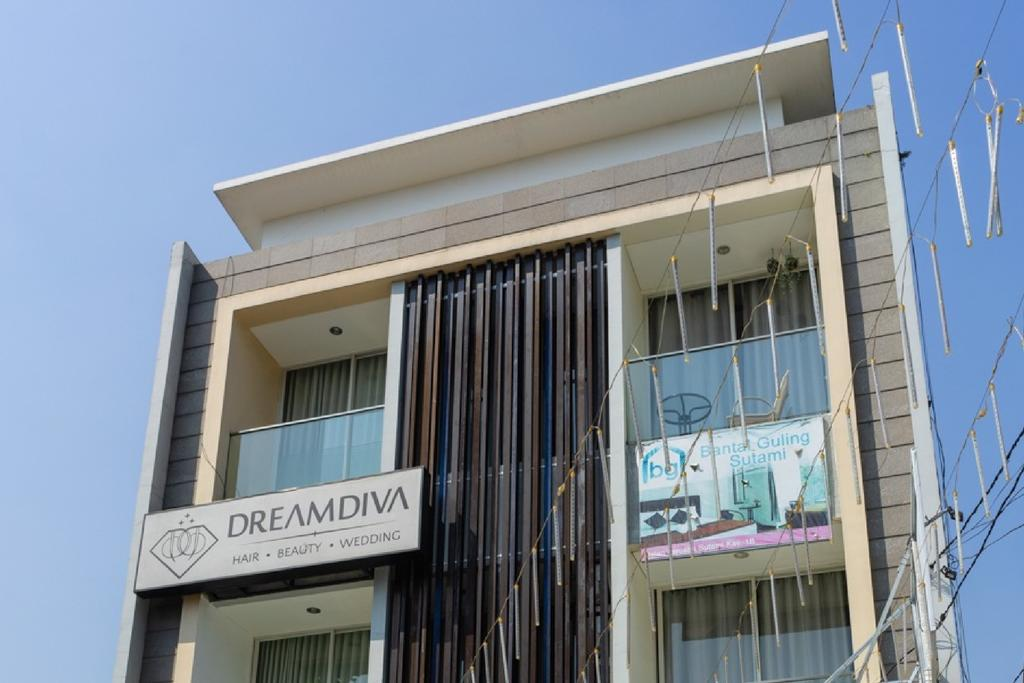 RedDoorz near Setrasari Mall 4
