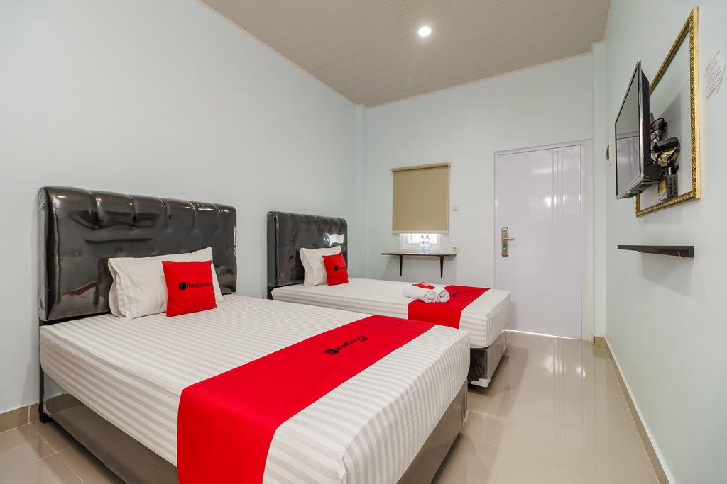 RedDoorz Plus near Palembang Icon Mall 2