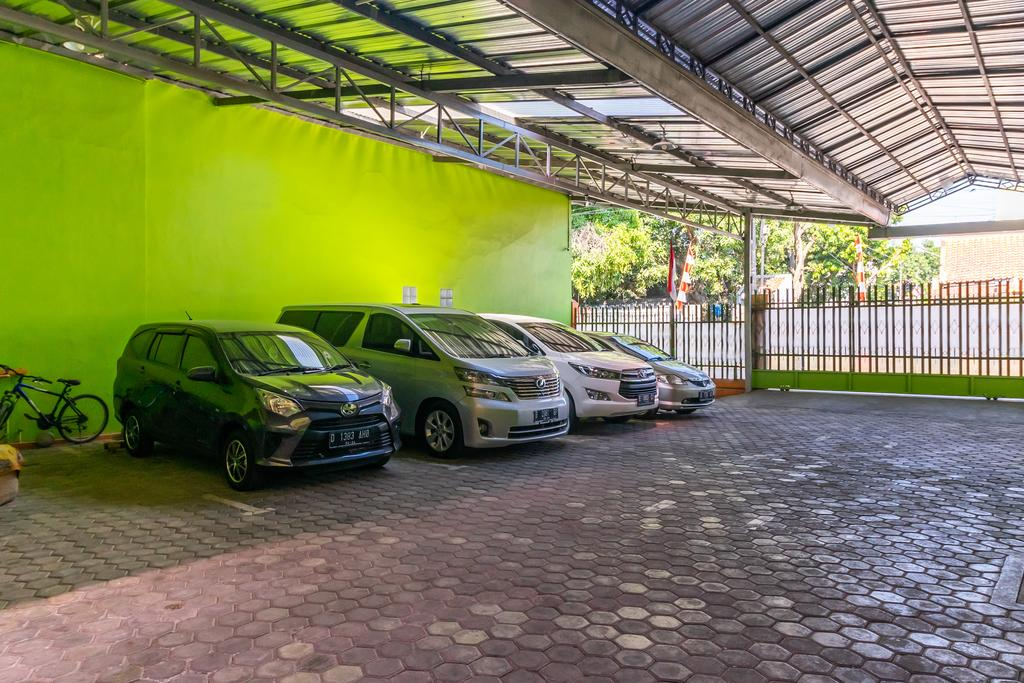 RedDoorz near Kejaksan Station Cirebon 2